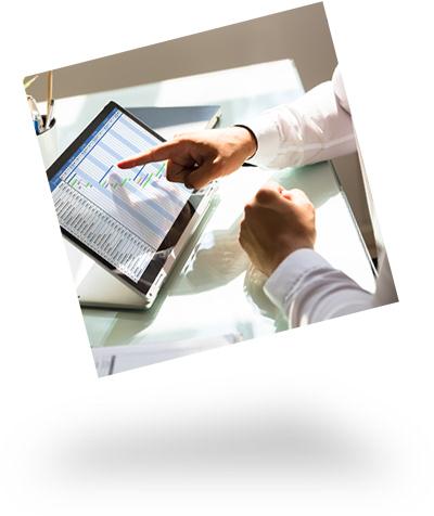 Zeigende Hände an einem Tablet