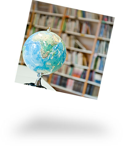 Globus vor Bücherregal