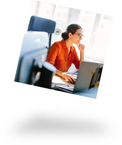 Mitarbeiterin am PC-Arbeitsplatz